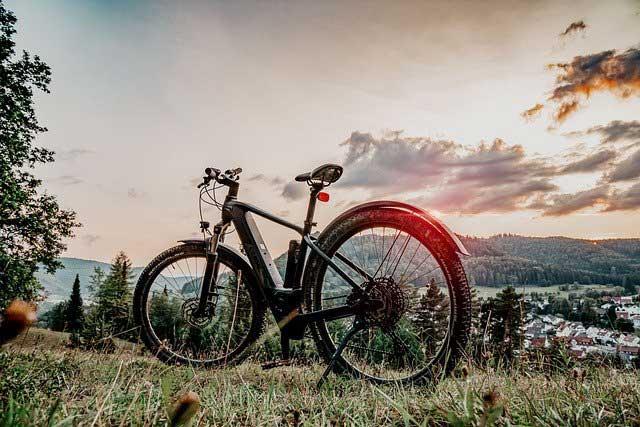 E-Mountainbike auf einem Hügel